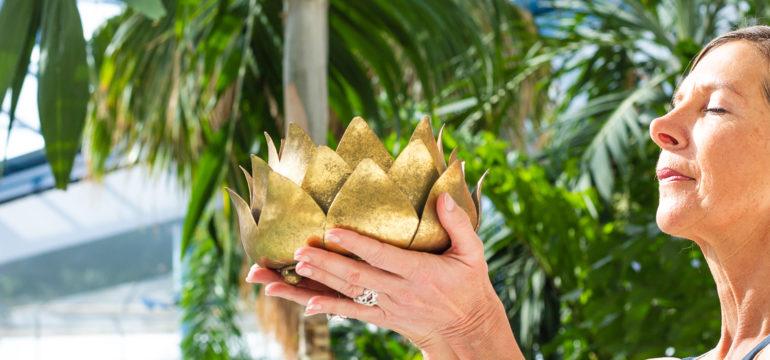 Frau mit goldener Lotusblume