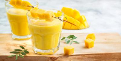 Mango-Orangen Smoothie mit Mangostücken