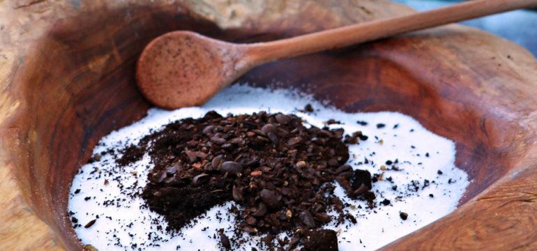 Kaffee-Peeling in einer Holzschale mit Löffel