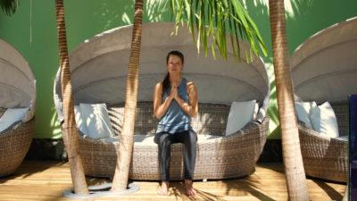 Frau in Relaxmuschel mit Palmen