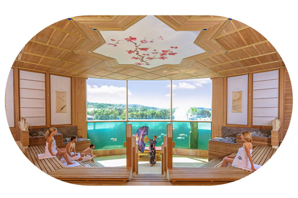 Fächeraufguss in der Koi-Sauna mit Gästen