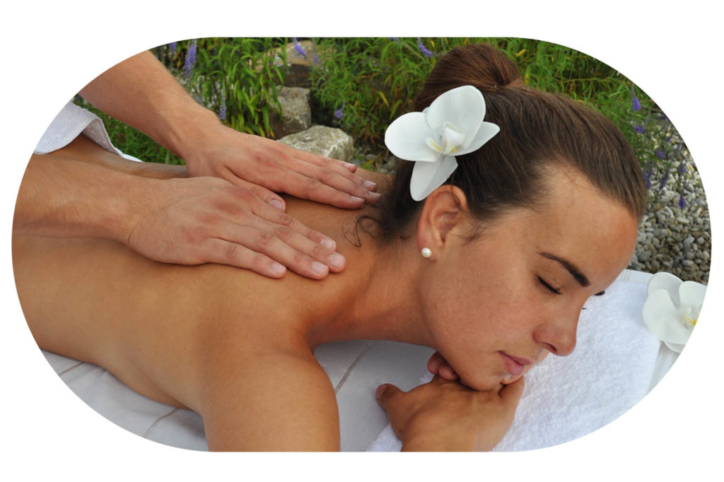 Frau mit Orchideen bei Massage