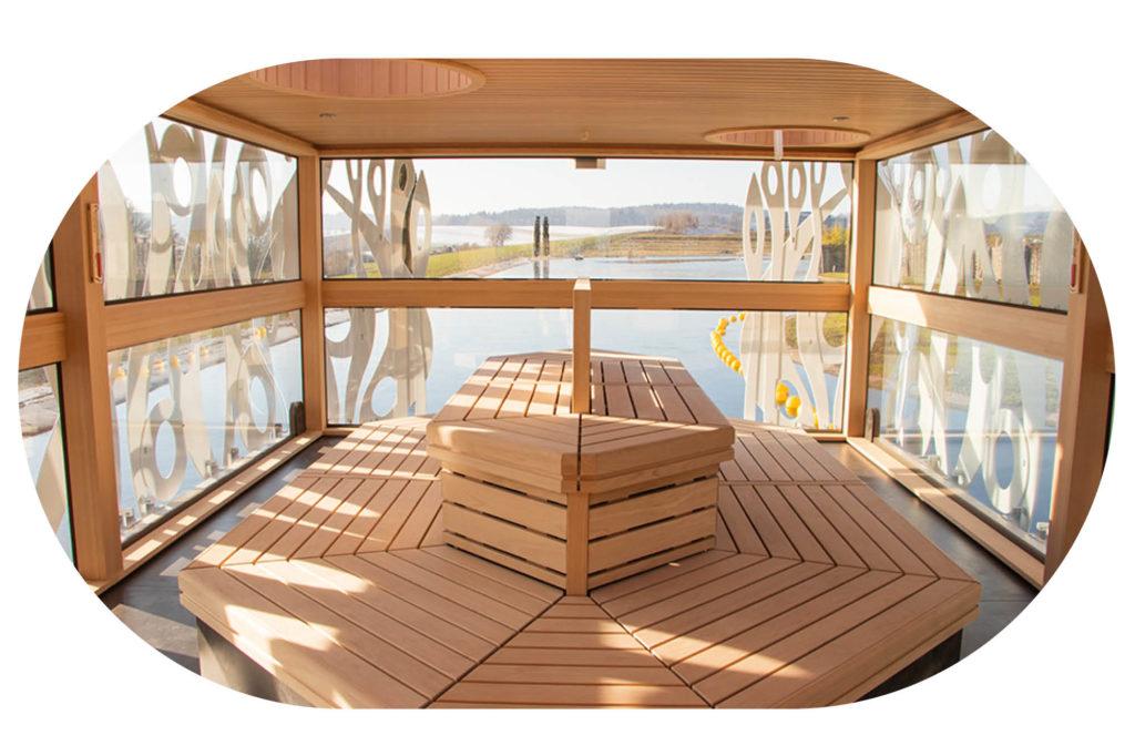 Ausblick aus dem Innenraum des Saunabootes mit Saunabänken