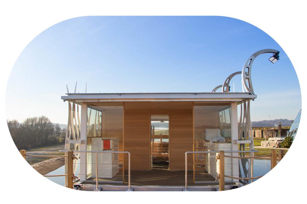 Eingangstür zum Saunaboot mit Außenterasse