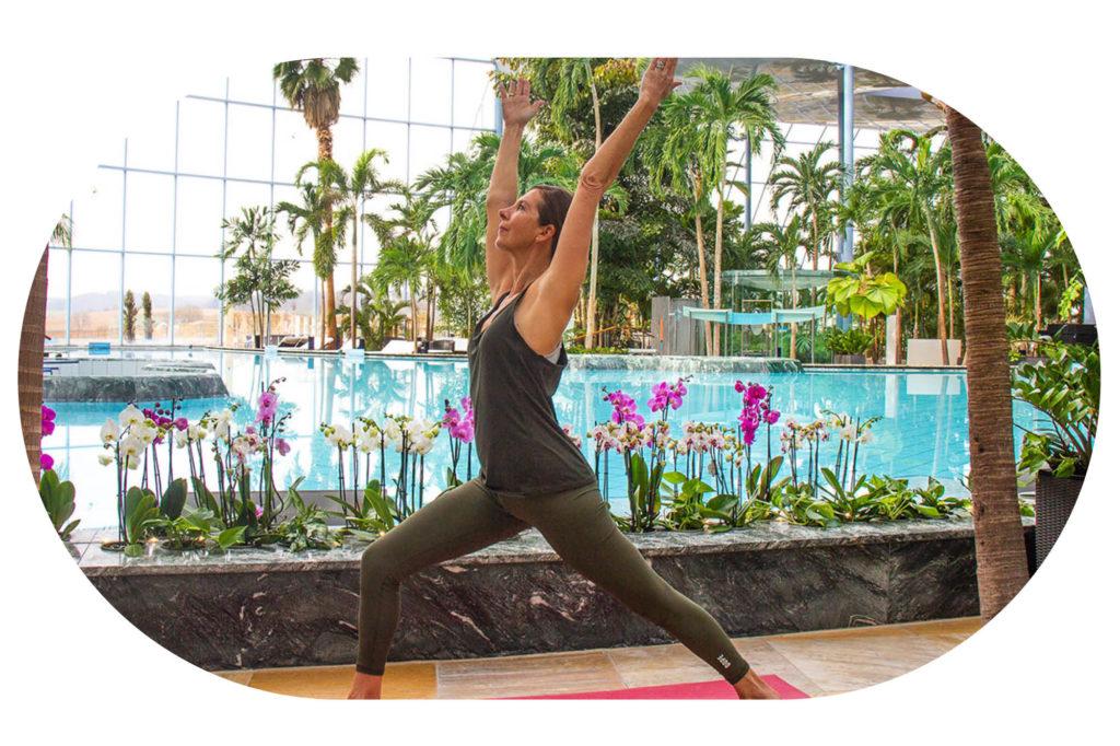 Frau in Yoga Position Held vor der Lagune im Palmenparadies