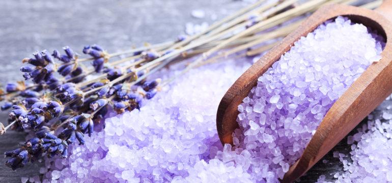 Holzlöffel mit lila Badesalz und Lavendel