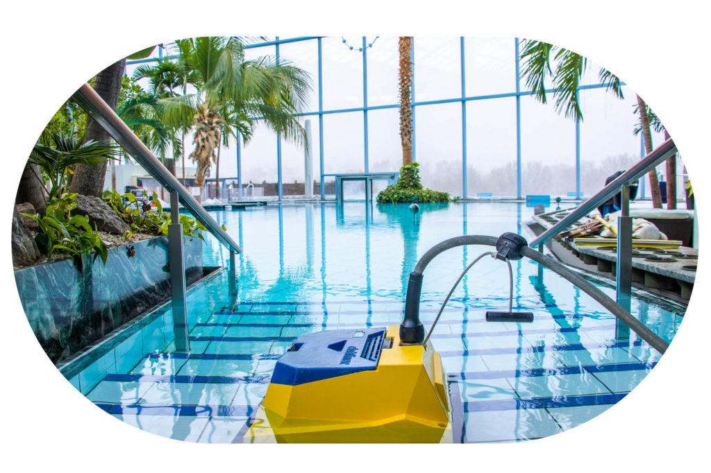 gelber Pool-Saugroboter in der großen Lagune im Palmenparadies