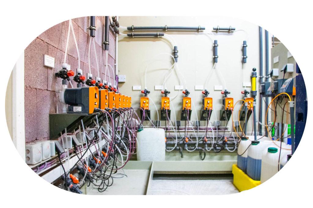 Geräte mit Kabeln und Chemikalien in der Technik der Therme