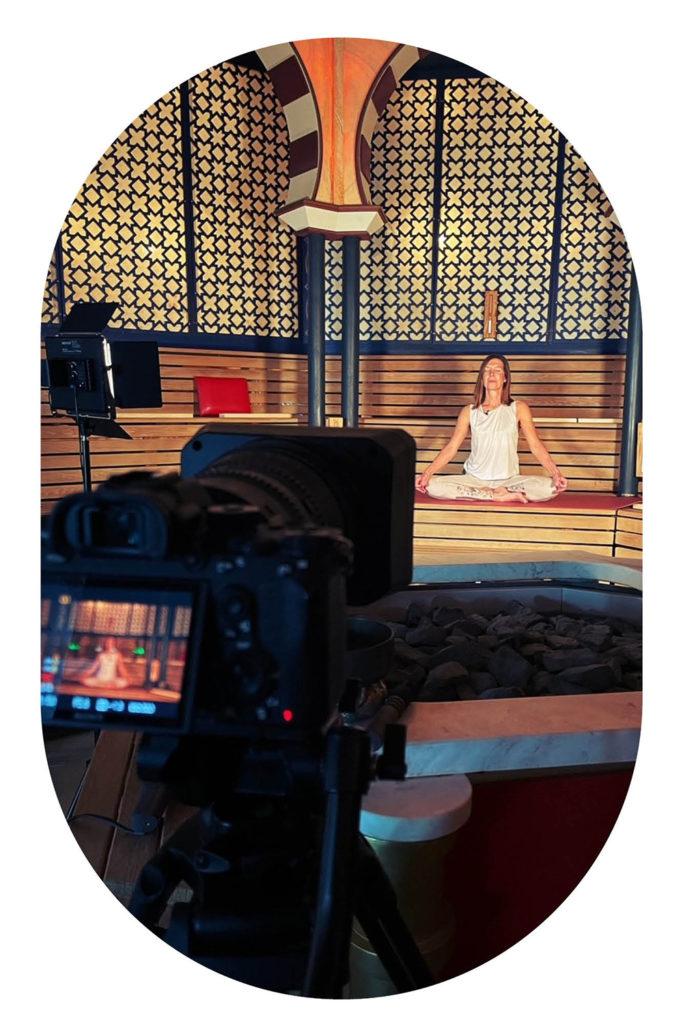 Frau im Schneidersitz in der Alhambra Sauna