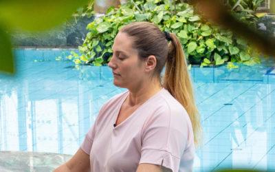 Frau bei Meditation vor Lagune