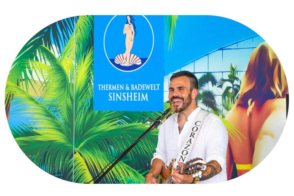 Gitarren-Spieler vor Plakat der Thermen & Badewelt Sinsheim